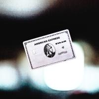 漲年費縮權益,美國運通簽帳白金系列更換成金屬卡